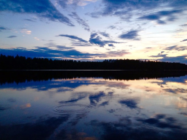 Finland_midnightsun_lake_07